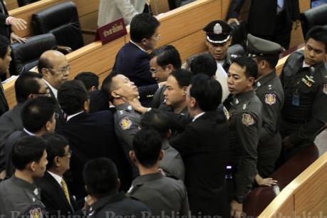 A Bangkok Post photo showing a Democrat Party member grabbing a policeman's throat.